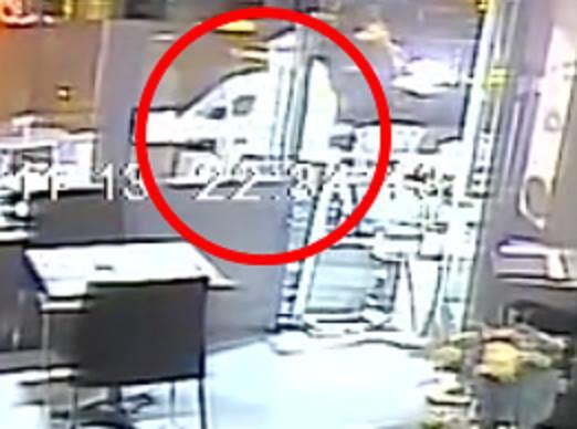 Охранителна камера запечатва терористичният акт +ВИДЕО