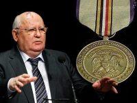 """От къде са парите на Михаил С. Горбачов Скандал около разкошната вила на Михаил С. Горбачов в Баварските Алпи, която се наложи да продаде. А в друга вила, която се намира в Англия, и принадлежи на милиардера от Бахрейн, бяха открити секретни документи, които се отнасят до фонда """"Горбачов"""", основан от него. Според вестник """"Гардиън"""" в архива има секретни документи, които Горбачов подписал. Преди това в сградата се намираше Международната асоциация по връзките с обществеността, от услугите, на която се ползваше Горбачов. Сред документите има негови молби до големи западни корпорации за финансова помощ за фонда му. Т.е. бившият президент на Съветския съюз молел за чуждестранна помощ за своя фонд. Тези събития разгоряха отново полемиката около обвиненията, които отдавна се повдига срещу бившия лидер на страната. Първо, какъв е източникът на богатството на семейството му, второ, с какви средства функционира фондът му. Вилата, която Горбачов иска да продаде, се намира на живописното езеро Техернзее в Баварските Алпи, недалеч от Мюнхен. Някои журналисти наричат вилата """"замък"""". Тази сграда е построена преди около сто години, тя е на три етажа, има 17 стаи, с жилищна площ около 600 квадратни метра. Семейството на Горбачов владее тази вила вече десет години. По документи собственикът й е дъщеря му Ирина Вирганска. Стойността й е около 7 милиона евро. Този район се смята за един от най-елитните в Германия. През 20-те години на 19 век езерото Техернзее посещавал императорът Александър I и други знаменитости. Горбачов посетил вилата преди три години, но в последните години никой от семейството не се мяркал там. В обявяването на вилата за продажба няма нищо необикновено. Но когато става дума за бившия лидер на Съветския съюз, който е обвиняван в разпадането на страната, нещата вече стоят по друг начин. Още повече че от четвърт век Горбачов е пенсионер и никога не се е занимавал с бизнес. Затова възниква с право въпросът – откъде са парите, Михаил Сергеевич? Тук не става дума за Бе"""