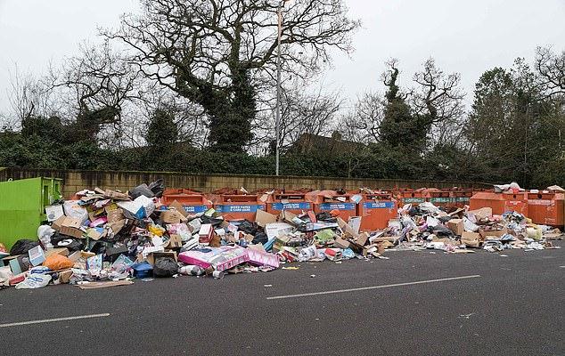 На остров боклуци заливат улиците след новогодишните празници!